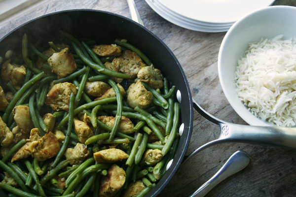 Easy Garlicky Chicken and Green Beans Skillet Recipe