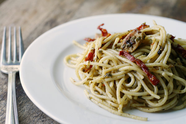 Pesto Spaghetti with Chicken and Sundried Tomatoes